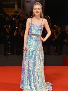 达科塔·范宁身穿定制礼服裙出席威尼斯电影节首映礼