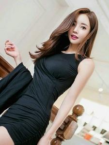 咖啡馆内的紧身黑裙美艳动人模特