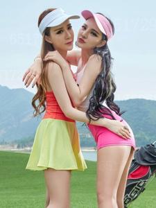 高尔夫双色姐妹花短裙翘臀丝袜撩人写真