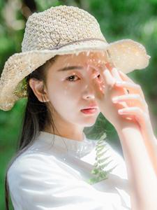 白净皮肤的漂亮草帽森系美女阳光之下的无穷魅力