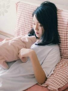 粉嫩私房内的安静少女慵懒时光