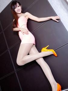 惊艳美女肉色丝袜高跟美腿写真