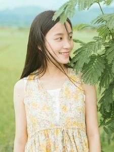 田野中的清爽少女甜美笑容清新怡人
