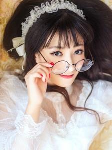 刘海眼镜美女私房宁静清纯甜美动人