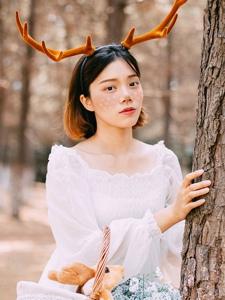 森林里的麋鹿少女幽静可爱甜美