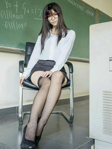 丝袜性感黑长直眼镜美男师长教员的专业传讲课