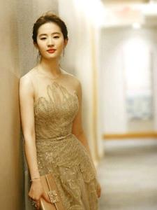 刘亦电影节红毯照回眸一笑胜星华