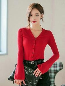 红色衬衫美女短裤美腿妖艳动人美眸
