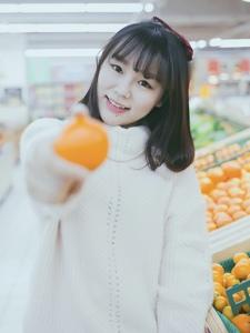 超市内的甜美少女娇小玲珑