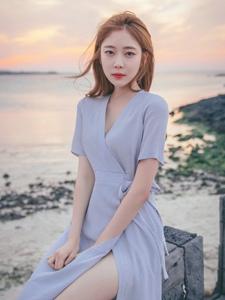 海边长裙美模秀发飘扬美艳动人