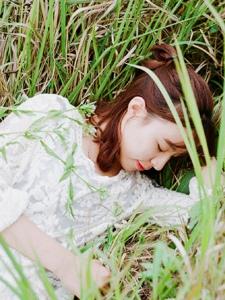 荒野处的白裙清新姑娘自由随性