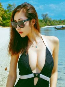 气质美女尤美Yumi旅拍养眼爆乳诱惑写真