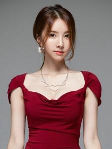 嫵媚嫩模紅裙修身美艷動人嬌軀
