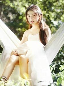 深山内的白纱美女阳光下唯美意境