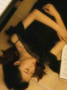 钢琴气质美女黑裙安静养眼写真
