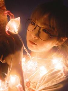 夜晚灯光中的眼镜少女幽静娇美