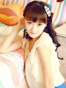 齐刘海清纯白皙美女闺房靓丽养眼动人