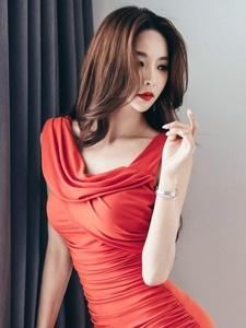 妖艳红裙美男高挑美模纤瘦诱人身躯写真
