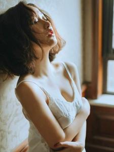 閣樓內的睡衣吊帶美女孤獨寂寥寫真