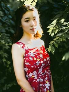 夕阳下的复古红裙美女娇艳动人