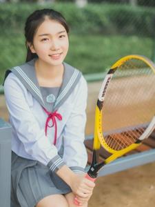 網球場內的網球少女馬尾活力十足