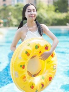 泳池内的双马尾可爱泳衣少女卖萌写真