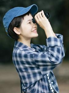 英伦风短发少女棒球帽格子衬衫清爽丽人