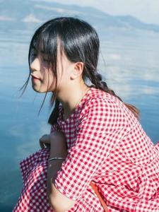 蓝天白云下的红格子裙少女可爱吸睛