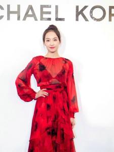 宋茜出席开幕仪式飘逸红裙显气质