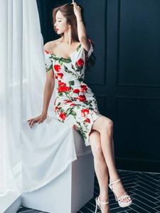 碎花旗袍巨乳美女紧身装展迷人曲线诱惑