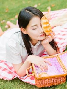 漂亮野餐面包妹子溫柔美麗動人