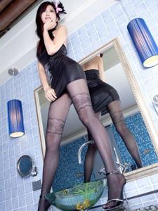 浴室内的妖娆美女性感黑丝长腿骚动诱人