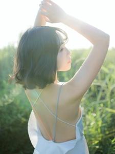 荒野中的玉背美女唯美吸睛诱人