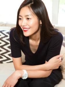 超模刘雯帅气随性西装造型配大红唇明艳靓丽