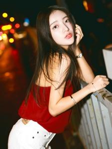 夜晚街頭上的吊帶紅衣艷麗美女率性動人
