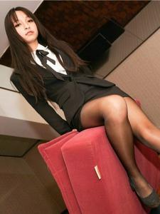 顶级黑丝白领美女卧室性感撩人职业制服装写真