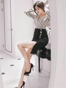 長腿包臀裙美女條紋上衣漂亮臉蛋