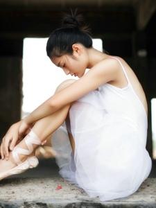 废弃房屋内的芭蕾舞少女气质玉背