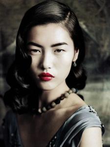 刘雯穿越时光复古卷发配红唇展现东方美