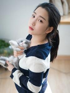 可爱猫女孩闺房与猫同乐嬉戏写真