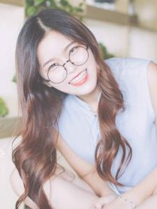 可爱眼镜少女笑容灿烂甜美可人