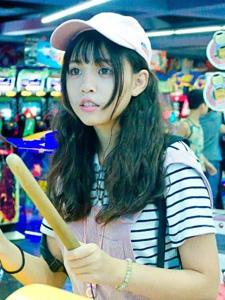 电玩城内的棒球帽可爱大眼姑娘