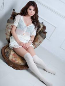 韩国女神韩佳恩性感私房美腿白色过膝袜写真