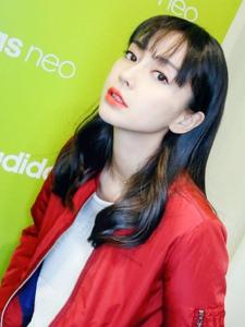 Angelababy齐刘海红唇美艳动人