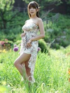 嫩白美腿女神许允美清新靓丽户外写真