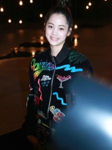 欧阳娜娜黑色印花夹克搭配翠绿蓬蓬裙够甜美