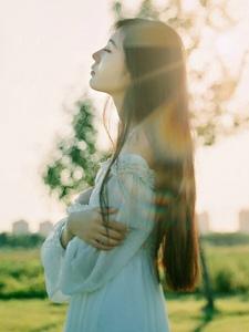 户外阳光下的长发白裙美女思念守候