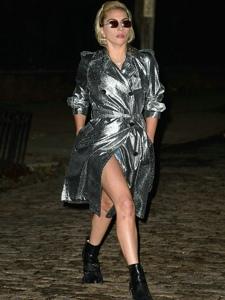 LadyGaga穿blingbling风雨外套在纽约出街