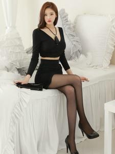 高挑美女超短黑丝美腿气质闺房写真