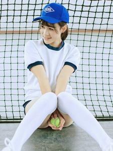 网球场内的棒球帽过膝袜网球少女活力十足